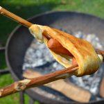 croissant met worst boven het houtvuur