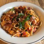 Pasta met gerookte feta geroosterde paprika tomaat en basilicum