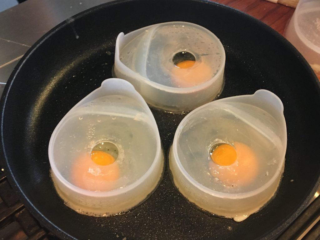 vormen van Joseph Joseph om eieren te pocheren in de koekenpan
