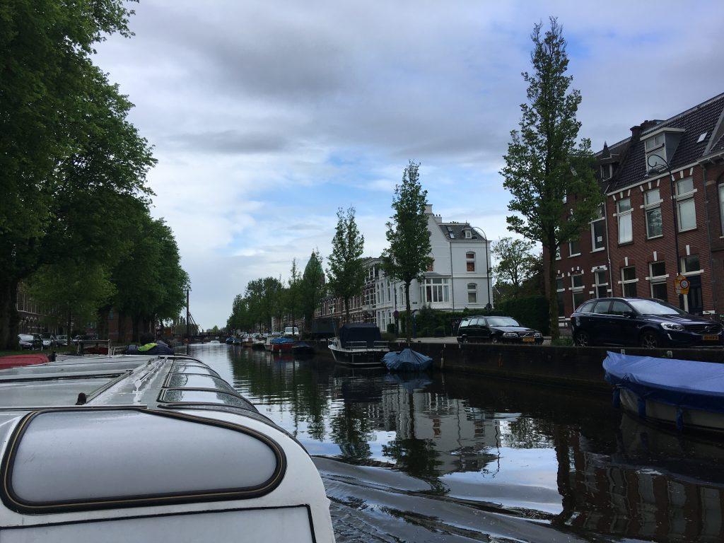 rondvaartboot met zicht op een gracht in Haarlem