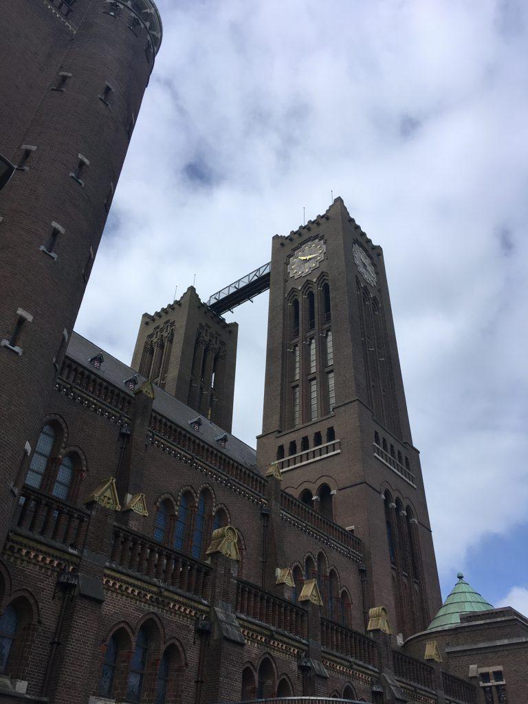 De torens van de Sint Bavo in Haarlem met ertussen de brug van Klim naar het licht