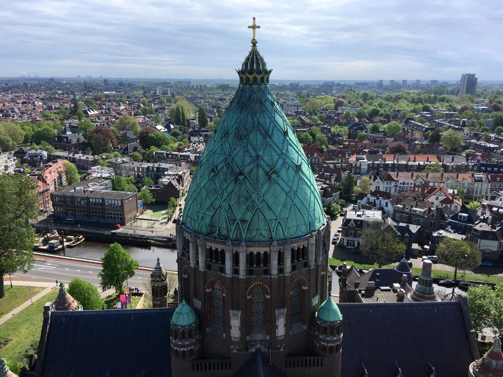 Uitzicht van de brug van Klim naar het licht op de Sint Bavo in Haarlem.