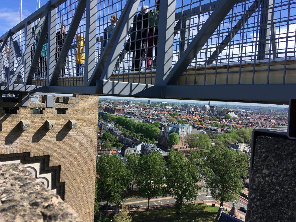 De brug van Klim naar het licht op de torens van de Sint Bavo in Haarlem