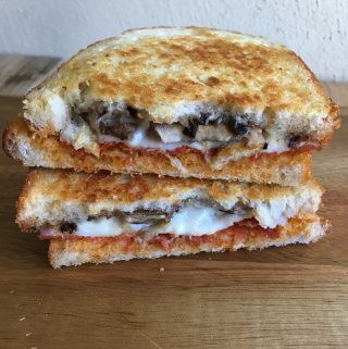 tosti met geitenkaas champignon zwarte knoflook en chorizo e1557577248219