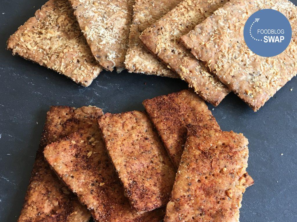 crackers met kaas en crackertjes met gerookt paprikapoeder en selderijzout