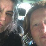 zusjes in de auto tijdens regenbui