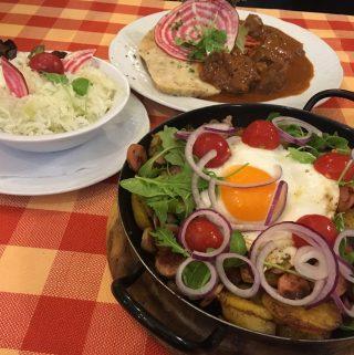 Bauerngröstl mit Krautsalat en Goulash met broodnoedels en Pulkautaler Weinhaus