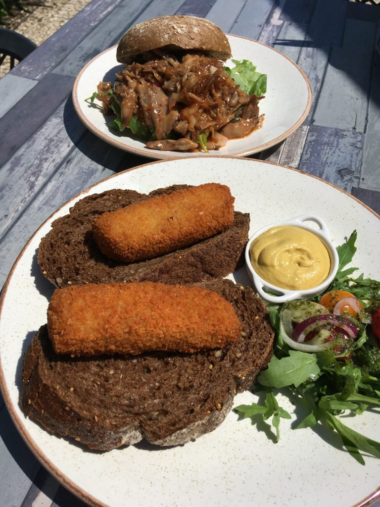 brood met kroket en broodje pulled duck